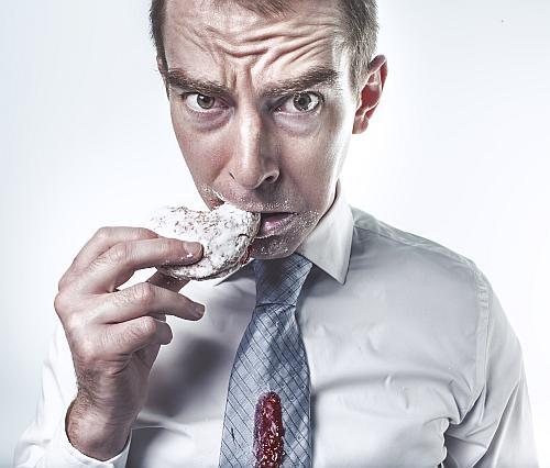 Man die een cookie eet